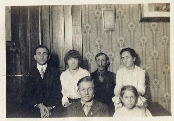 walt-disney-parents-and-his-family_1459834553
